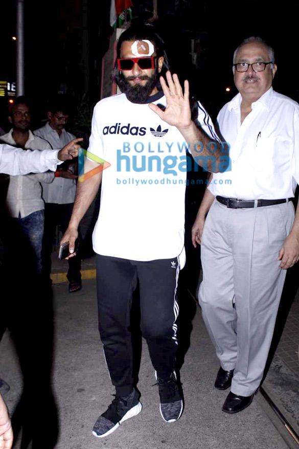 घायल रणवीर सिंह मुंबई में लीलावती हॉस्पिटल में इलाज के बाद आए नजर