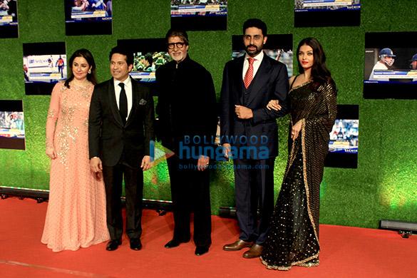 फ़िल्म 'सचिन :  ए बिलियन ड्रीम्स' के प्रीमियर की शोभा बढ़ाते शाहरुख खान, आमिर खान, बच्चन परिवार, अंबानी परिवार और अन्य