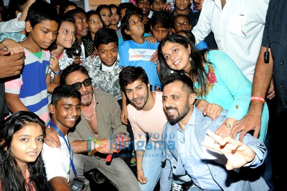 वरुण धवन और अन्य 'इंडिया अलाइव शॉर्ट फिल्म फेस्टिवल' के शुभारंभ की शोभा बढ़ाते हुए