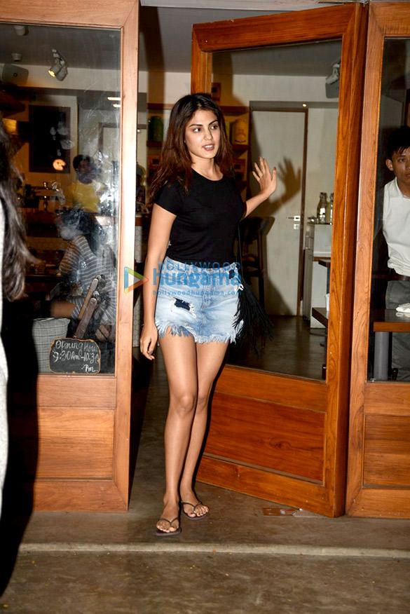रिया चक्रवर्ती सीक्वल में अपनी मीटिंग के बाद आईं नजर