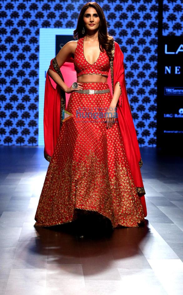 वाणी कपूर ने लैक्मे फैशन वीक 2017 में आरवीए के लिए रैम्पवॉक किया