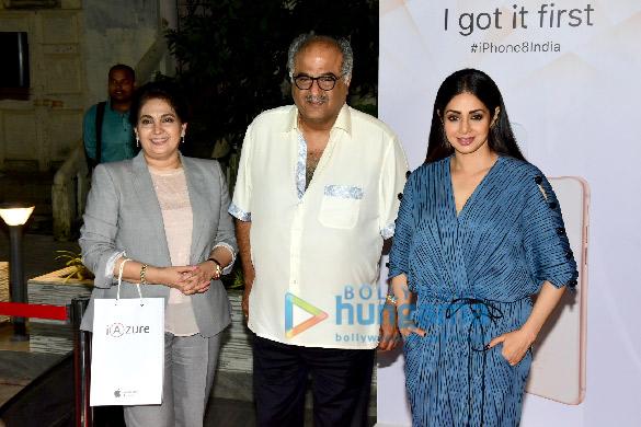 श्रीदेवी और बॉनी कपूर मुंबई में आईएज़ॉर स्टोर में आए नजर