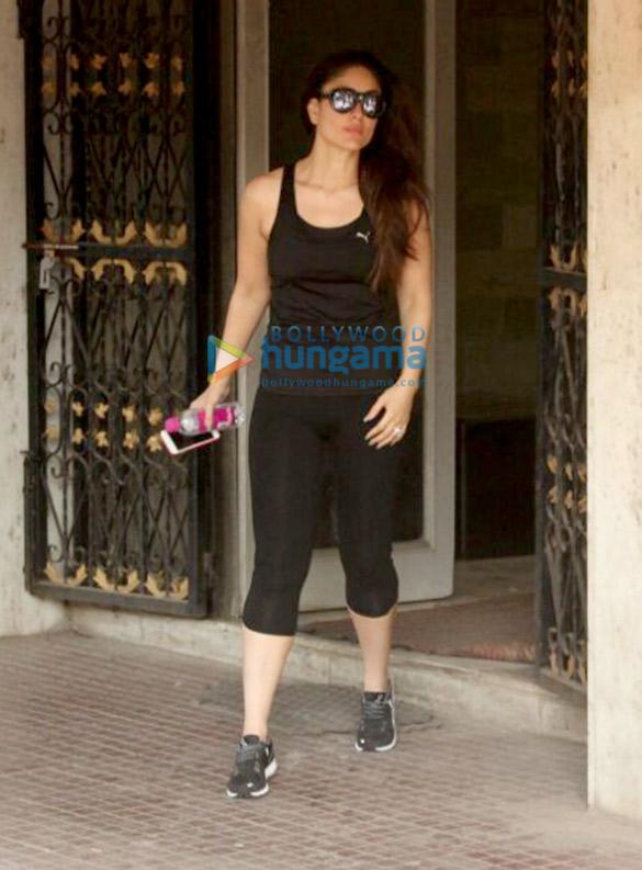 करीना कपूर खान अपनी जिम के बाहर आईं नजर
