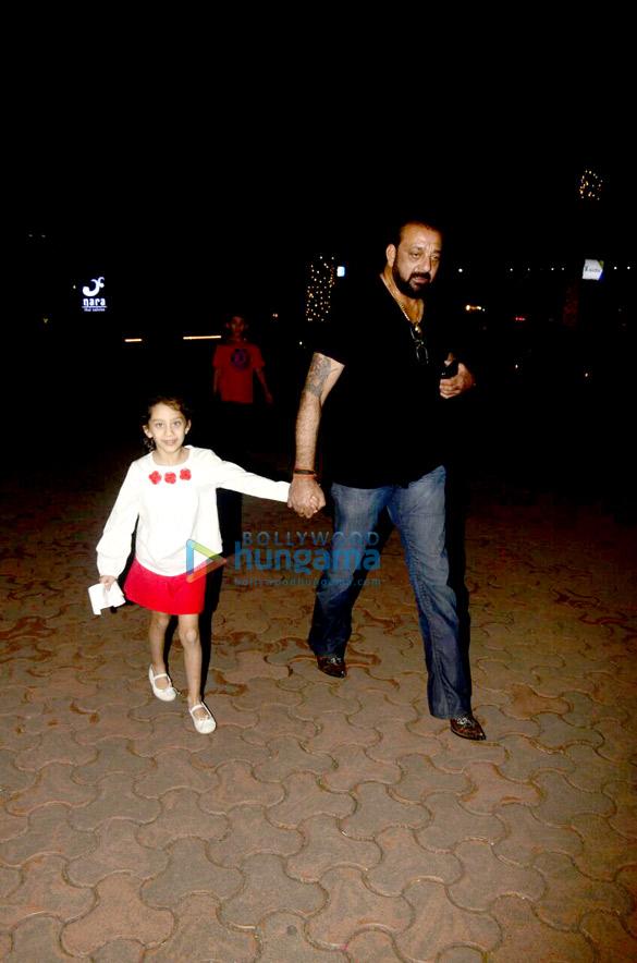 संजय दत्त अपने बच्चों के साथ यौचा में आए नजर