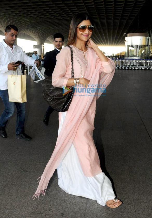 शाहरुख खान और सनी लियोन एयरपोर्ट पर आए नजर