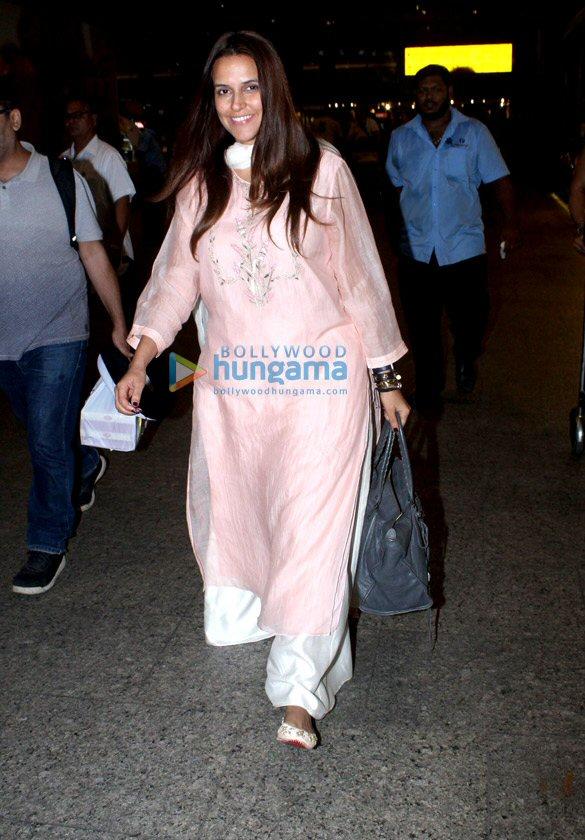 दीपिका पादुकोण, अनुष्का शर्मा, नेहा धूपिया और अन्य लोग हवाईअड्डे पर आए नजर