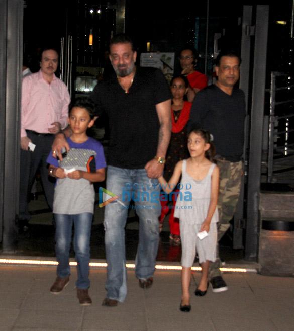 संजय दत्त अपने परिवार के साथ यौचा, बीकेसी में आए नजर