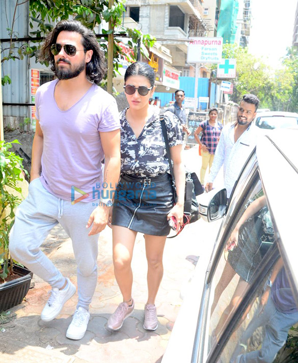 बांद्रा में फ़ार्मर्स कैफ़े में अपने बॉयफ़्रेंड के साथ नजर आईं श्रुति हसन