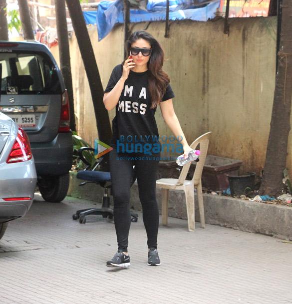 करीना कपूर खान और अन्य जिम के बाहर आए नजर