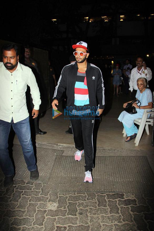 रणवीर सिंह बांद्रा में ओटर्स क्लब में आए नजर