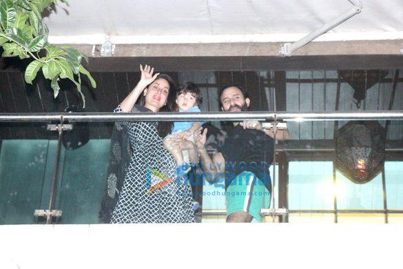 करीना कपूर खान अपने जन्मदिन के दिन अपने प्रशंसकों का अभिवादन करते हुए आईं नजर