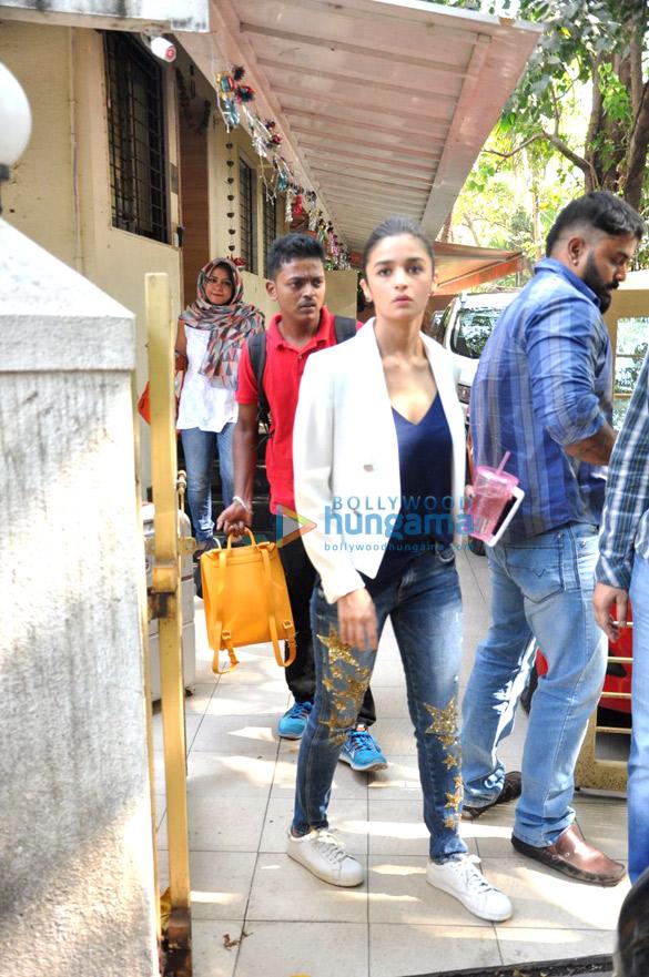 आलिया भट्ट बांद्रा में आईं नजर
