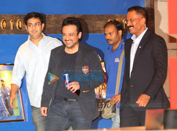 दीपिका पादुकोण, जॉन अब्राहम, सचिन तेंदुलकर और कई अन्य 'मुंबई इंडियंस' के दसवें वर्ष समारोह की शोभा बढ़ाते