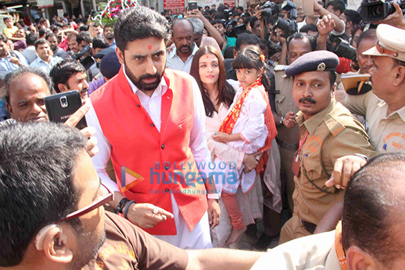 अभिषेक बच्चन और ऐश्वर्या राय बच्चन अपनी शादी की सालगिरह पर सिद्धिविनायक मंदिर में जाते हुए