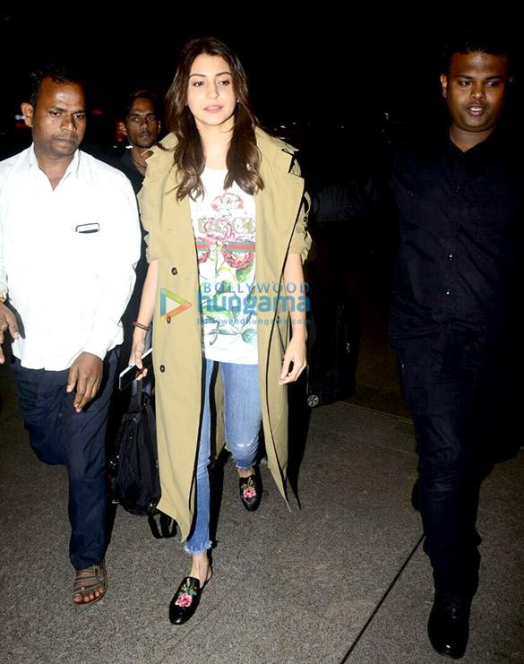 अनुष्का शर्मा और दीपिका पादुकोण हवाई अड्डे पर आईं नजर