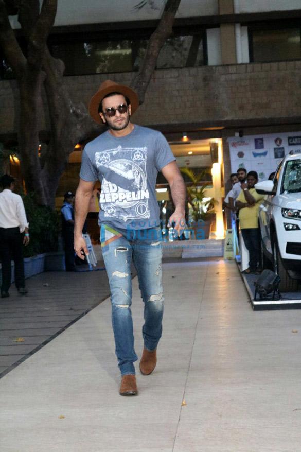 ओटर्स क्लब में अपने फ़ैंस से मुलाकात करते हुए नजर आए रणवीर सिंह