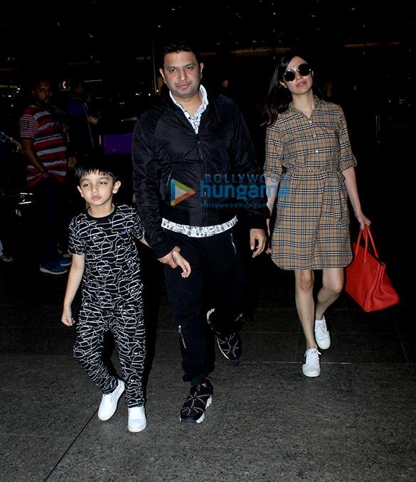 भूषण कुमार अपने परिवार के साथ हवाई अड्डे पर आए नजर