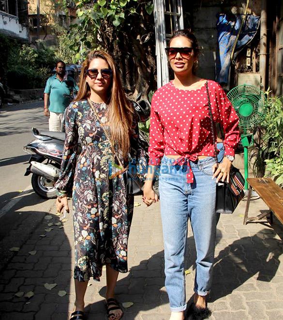 ईशा गुप्ता अपनी बहन के साथ पाली विलेज कैफ़े में आईं नजर