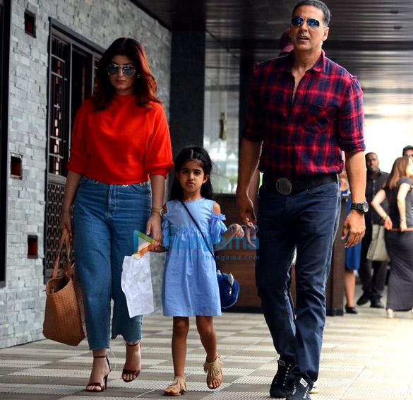 ॠतिक रोशन और अक्षय कुमार अपने-अपने परिवार के साथ बांद्रा में लंच के बाद आए नजर
