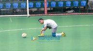 अभिषेक बच्चन और महेंद्र सिंह धोनी और अन्य फुटबॉल मैच खेलते हुए आए नजर
