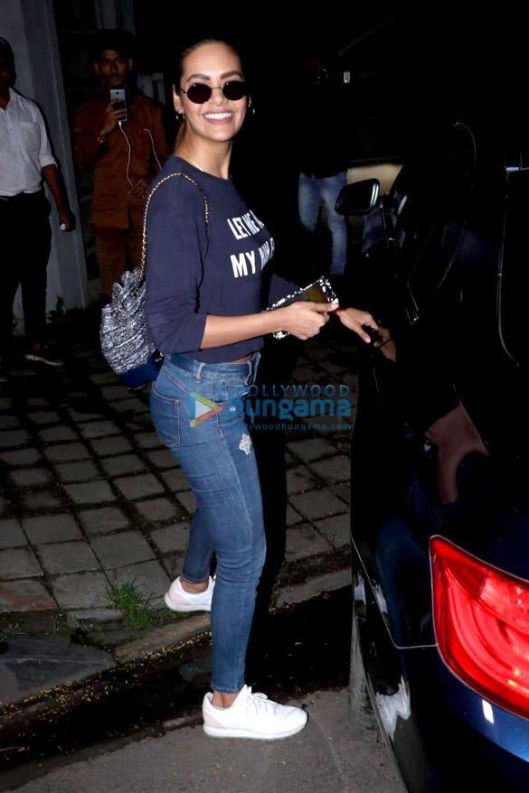 ईशा गुप्ता जुहू  में आईं नजर