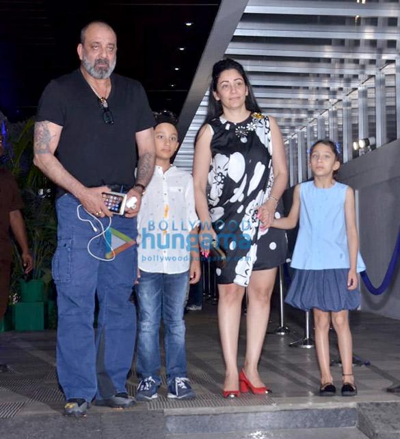 photos: संजय दत्त अपनी फ़ैमिली के साथ हक्कसन, बांद्रा में नजर आए