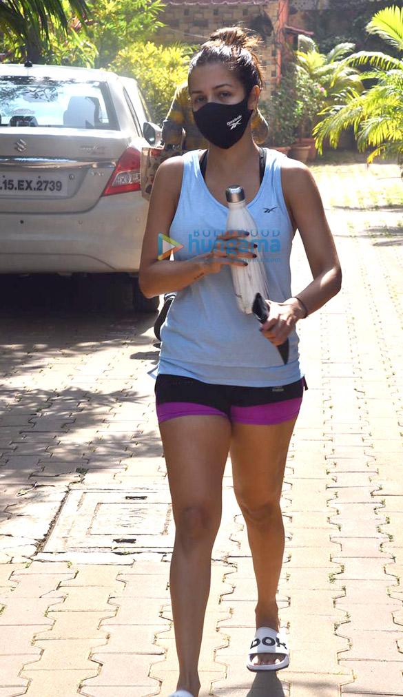 photos: मलाइका अरोड़ा बांद्रा में दिवा योग स्टूडियो में नजर आईं