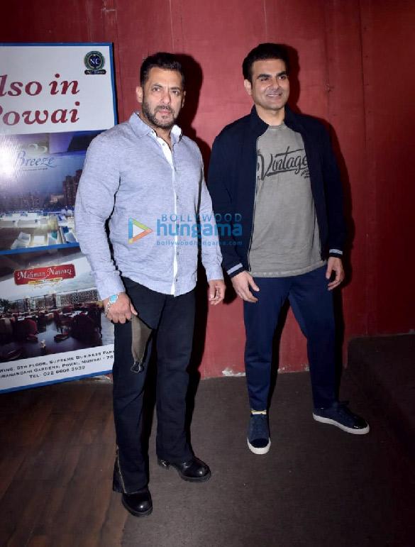 photos: सलमान खान जुहू में अरबाज़ खान के चैट शो के लिए नजर आए