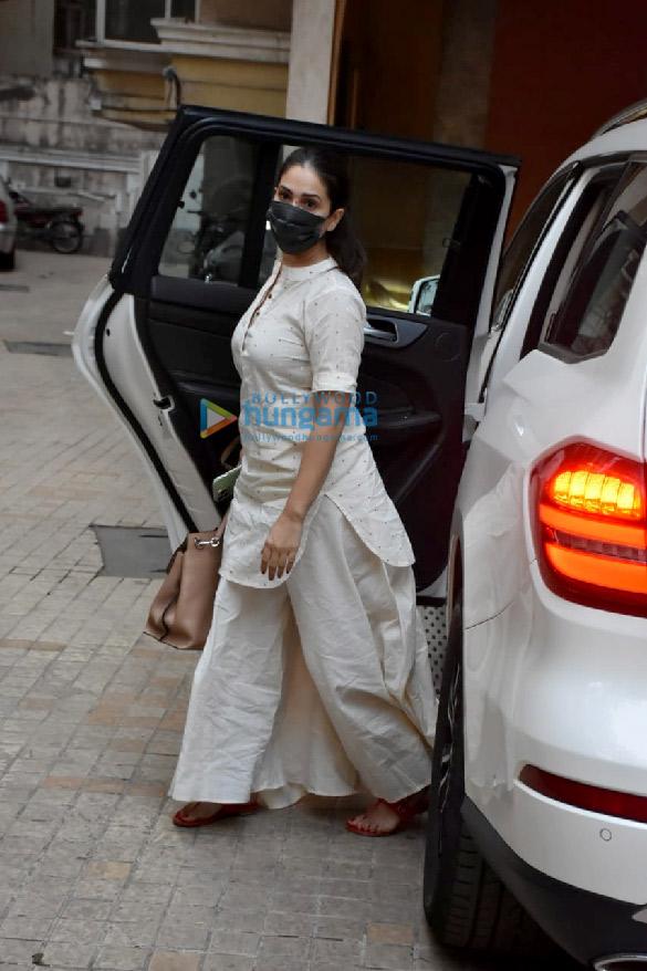 photos: किम शर्मा खार में नजर आईं