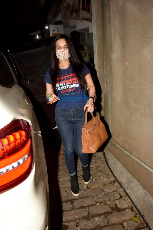 photos: प्रीति जिंटा बांद्रा के बीब्लंट सैलॉन में नजर आईं