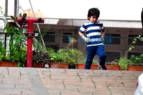Photos: तैमूर अली खान बांद्रा में नजर आए