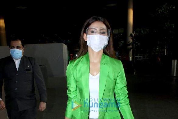 Photos: उर्वशी रौतेला एयरपोर्ट पर नजर आईं