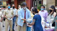 Photos: विवेक ओबेरॉय जुहू में जरूरतमंद लोगों को राशन वितरित करते हुए नजर आए