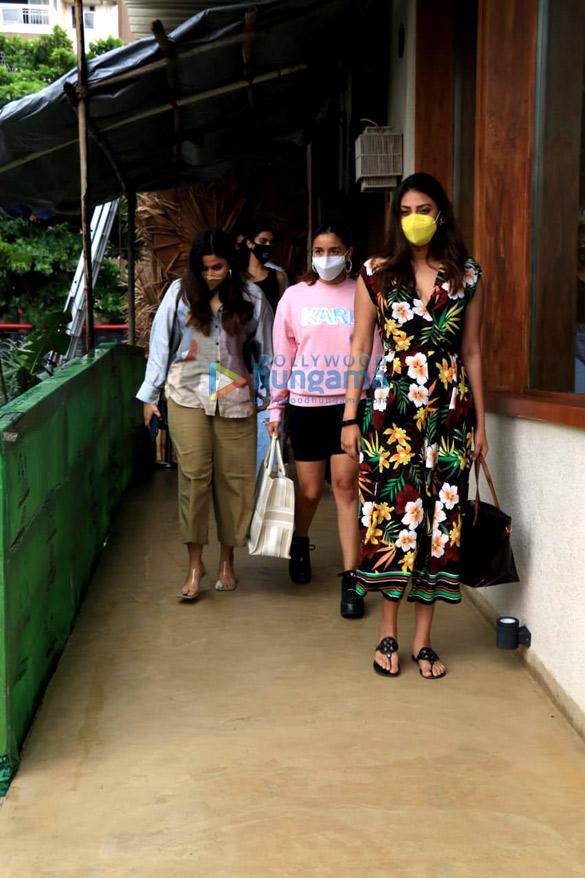 photos: आलिया भट्ट, शाहीन भट्ट और अनुष्का रंजन वर्ली के बैस्टियन में नजर आईं