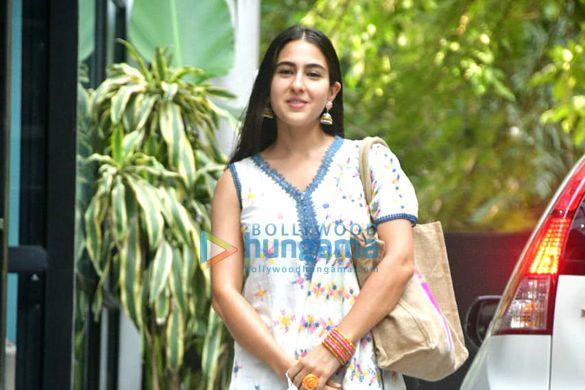 Photos: सारा अली खान मैडॉक फिल्म्स के ऑफिस में नजर आईं